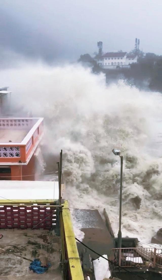 Theo Đài phát thanh Hong Kong, hơn 130 người đã bị thương và gần 1.000 người phải đi sơ tán khi bão Mangkhut, cơn bão mạnh nhất thế giới trong năm nay, di chuyển với sức gió 170km/giờ đổ bộ vào Hong Kong trong ngày 16/9. (Ảnh: Reuters)