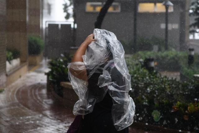 Sân bay Hong Kong, điểm trung chuyển chính của nhiều quốc gia châu Á, buộc phải đóng cửa do bão Mangkhut. 543 chuyến bay bị hủy, gần 100.000 hành khách bị ảnh hưởng. (Ảnh: Reuters)