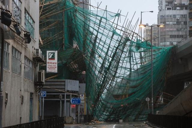 Các ngôi nhà cao tầng kiên cố cũng lắc lư do gió giật khi bão Mangkhut đổ bộ. Nhiều người Hong Kong đã thực hiện các biện pháp bảo vệ như dán băng keo lên các cửa kính để bảo vệ các căn nhà trước nguy cơ bị bão tàn phá. (Ảnh: Reuters)