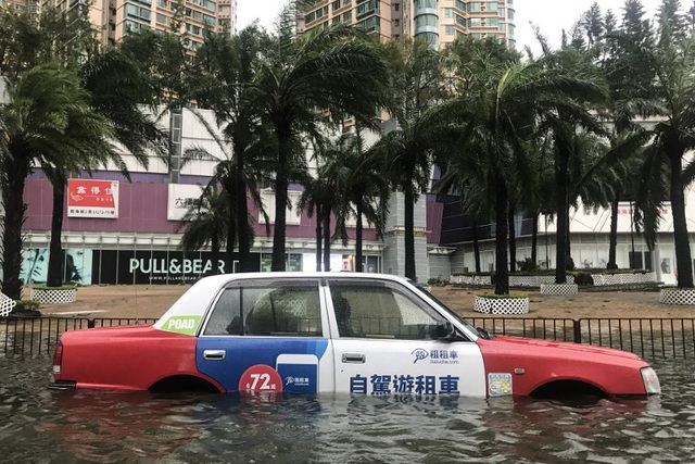 """Cơ quan khí tượng Hong Kong đã ban bố cảnh báo bão ở cấp 10, cấp cao nhất trên thang đo bão, do sức tàn phá khủng khiếp của bão Mangkhut. Toàn bộ đặc khu kinh tế này gần như bị """"tê liệt"""" khi giao thông dừng hoạt động và các tuyến đường bị ngập lụt. (Ảnh: AFP)"""