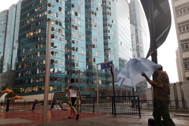 Bão Mangkhut cũng phá hủy nhiều hệ thống dây điện tại Hong Kong. Một số bệnh viện tại Hong Kong buộc phải sử dụng hệ thống phát điện tạm thời để phục vụ người dân. (Nguồn: Reuters)
