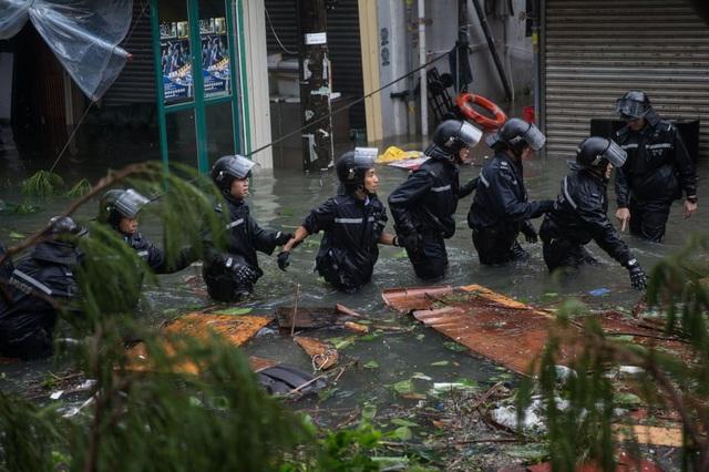 Nhiều khu vực ở Hong Kong bị nhấn chìm trong biển nước và mưa lớn dẫn đến tình trạng sạt lở đất. Chính quyền Hong Kong cảnh báo người dân không đến gần các khu vực đồi núi dốc và các tòa nhà để tránh gặp tai nạn. (Ảnh: EPA)