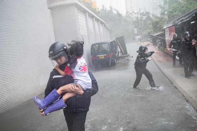 Ngoài Hong Kong, Macau cũng chịu ảnh hưởng của bão Mangkhut và lần đầu tiên Macau đã phải đóng cửa toàn bộ 42 sòng bạc khi siêu bão đổ bộ. Nhiều khu vực trung tâm của Macau bị ngập nặng và 20.000 người phải sống trong cảnh mất điện. (Ảnh: Getty)