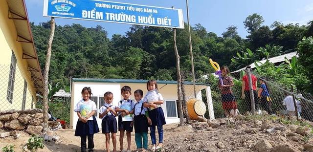 Niềm vui của các em học sinh điểm trường Huổi Điết trong ngày khánh thành công trình phòng học mang tên Dân trí