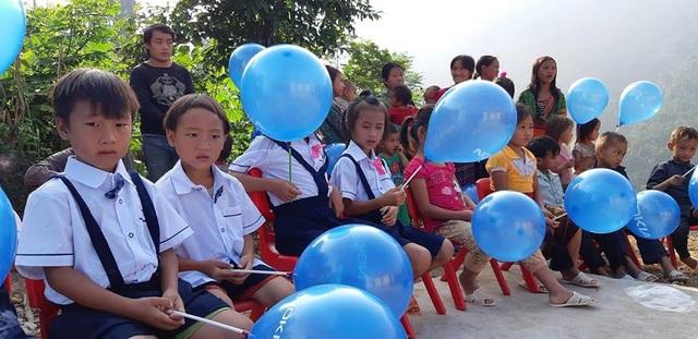 Các em học sinh điểm trường Huổi Điết tươi vui trọng bộ áo quần đồng phục mới tham dự lễ khánh thành