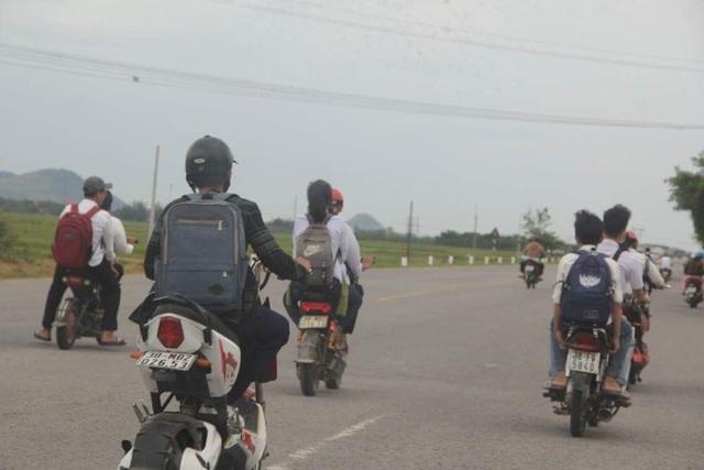 Học sinh dàn hàng ngang trên quốc lộ 8A như thế này