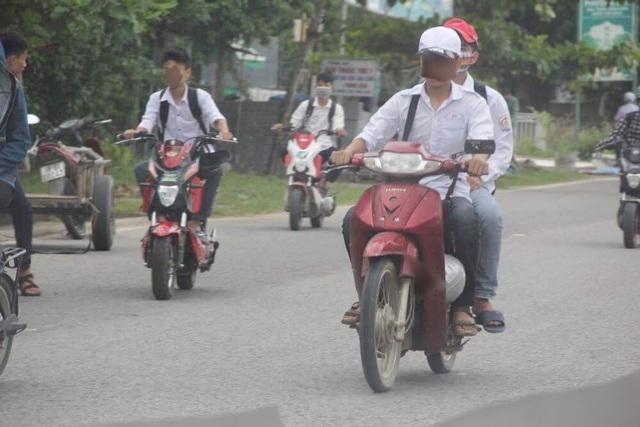 Nhan nhản cảnh các em học sinh nam điều khiển xe máy tới trường