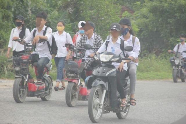 """Hãi hùng cảnh học sinh dàn hàng trên quốc lộ, """"làm ngơ"""" luật giao thông - 4"""