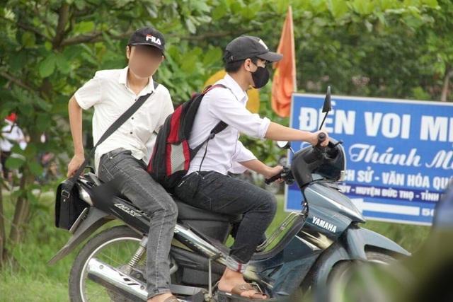 Chưa đủ tuổi điều khiển xe mô tô 2 bánh, xe mô tô 3 bánh có dung tích xi-lanh từ 50 cm3 trở lên nhưng nhiều em vẫn làm ngơ, thậm chí còn không đội mũ bảo hiểm