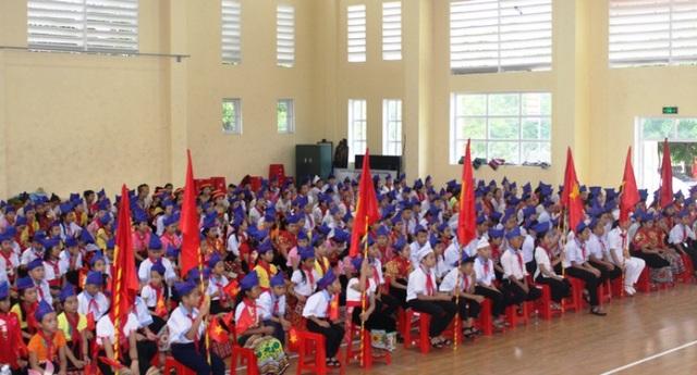 300 học sinh Trường Phổ thông Dân tộc nội trú Trung học Cơ sở Con Cuông, tỉnh Nghệ An dự lễ khai giảng muộn năm học 2018 - 2019.