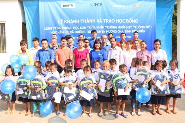 25 suất học bổng cùng nhiều phần quà có giá trị như ba lô, sách vở, bút viết đã được Nokia Việt Nam trao tặng đến các em học sinh điểm trường Huổi Điết, trường tiểu học Nậm He (huyện Mường Chà, tỉnh Điện Biên) nhân dịp khánh thành phòng học