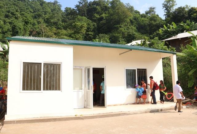 Không còn phải học dưới gầm nhà sàn, thầy cô giáo và các em học sinh điểm trường Huổi Điết đã an tâm trong ngôi trường mới