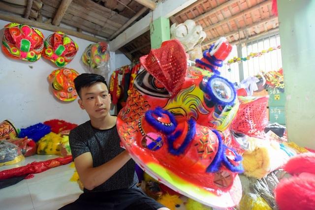 Cữ mỗi dịp Trung thu là xưởng làm cả ngày lẫn đêm mới đủ hàng giao cho khách, anh Dương Trọng Quyết (công nhân của xưởng) cho biết.