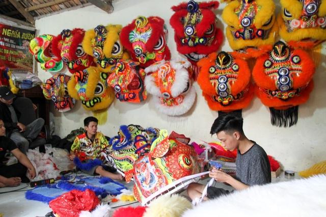 Đầu lân sư rồng được khách hàng ở Hà Nội và nhiều tỉnh khác như Cà Mau, Đắk Lắk, Bình Thuận đặt hàng mua từ sớm. Ngoài ra, sản phẩm còn được bán cho khách hàng ở Autralia, Malaysia, Balan.