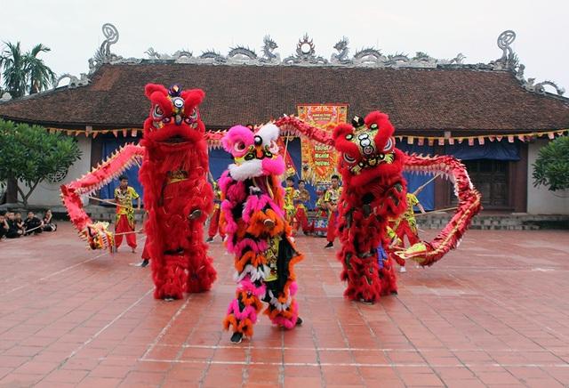 Một màn biểu diễn múa lân ở sân đình.