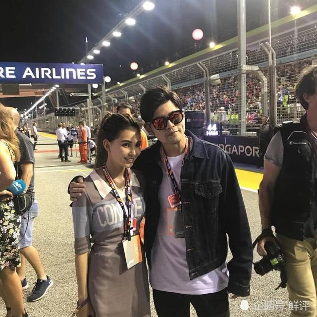 """Ngày 17/9, Châu Kiệt Luân đưa """"bà xã"""" Côn Lăng tới Singapore để xem đua xe công thức 1. Cặp đôi tranh thủ chụp ảnh cùng nhau ngay tại sân vận động. Châu Kiệt Luân và Côn Lăng kết hôn từ năm 2015 và đã có với nhau hai mặt con, một trai và một gái."""