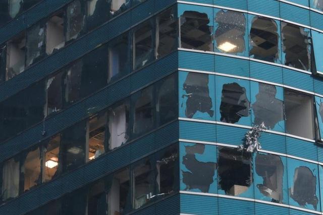 Cửa sổ ở tòa nhà văn phòng One Harbourfront (Hong Kong) bị vỡ hàng loạt do bão Mangkhut. (Ảnh: Reuters)