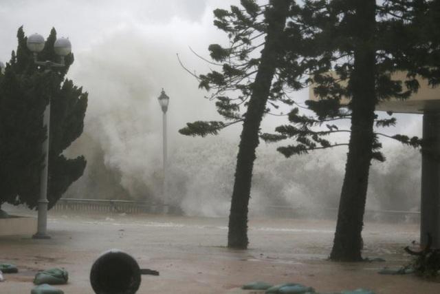 Bão Mangkhut khiến nước biển dâng cao. (Ảnh: Reuters)