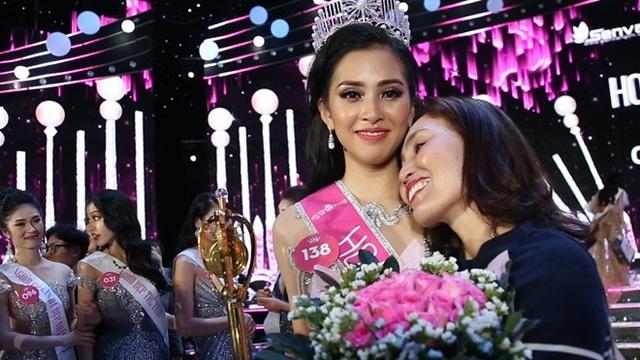 Trần Tiểu Vy và mẹ nở nụ cười hạnh phục sau khi đăng quang Hoa hậu.