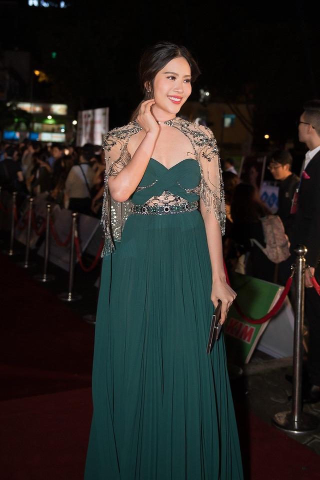 Là một trong những người đẹp sải bước trên thảm đỏ ngay trước khi đêm chung kết Hoa hậu Việt Nam 2018 diễn ra vào tối qua tại TPHCM, Nam Em lập tức thu hút ống kính truyền thông bởi ngoại hình hơi mũm mĩm so với những hình ảnh trước đó.