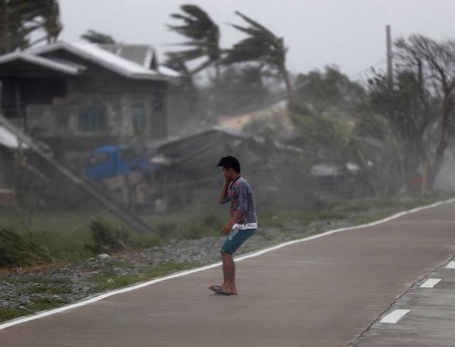"""""""Mọi thứ rung lắc giống như trận động đất vậy. Cơn bão này rất khác biệt vì gió hoạt động ở tầm thấp so với mặt đất và đã phá hủy mọi thứ"""", Robert Tumaneng, 55 tuổi, một nông dân nuôi cá ở Claveria, cho biết. (Ảnh: EPA)"""