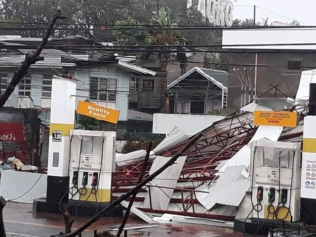 Tổng thống Philippines Rodrigo Duterte cùng các quan chức cấp cao ngày 16/9 đã đáp chuyến bay tới tỉnh Cagayan, nơi chịu ảnh hưởng trực tiếp của bão Mangkhut, để thị sát tình hình và thăm hỏi người dân. (Ảnh: Reuters)