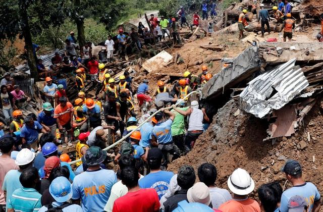 New York Times dẫn lời giới chức địa phương hôm nay xác nhận hơn 40 thi thể bị chôn vùi trong các lớp đất đá đã được các nhân viên cứu hộ tìm thấy tại Itogon. Đây là một phần trong tổng số 66 người bị thiệt mạng do bão Mangkhut tại Philippines. (Ảnh: Reuters)
