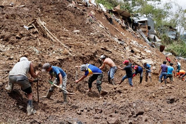 Ngoài lực lượng cứu hộ, các lực lượng khác gồm quân đội, cảnh sát, kỹ sư và các nhà địa chất, cũng tham gia vào quá trình tìm kiếm các nạn nhân bị chôn vùi trong đống đổ nát ở Philippines. (Ảnh: Reuters)