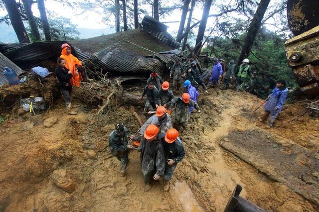 Theo SCMP, siêu bão Mangkhut đổ bộ vào Philippines ngày 15/9 đã khiến ít nhất 64 người thiệt mạng. Hiện công tác tìm kiếm cứu hộ vẫn đang được thực hiện và giới chức Philippines cảnh báo số người chết có thể sẽ tăng lên hơn 100 người sau khi các thi thể được tìm thấy. (Ảnh: AFP)