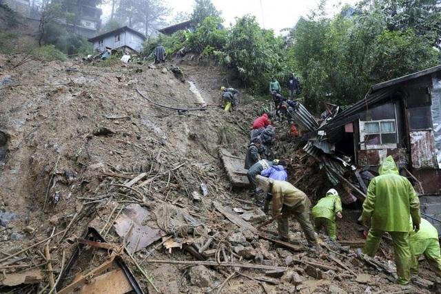 Nhiều tuyến đường tại Philippines bị phong tỏa do sạt lở đất. Giới chức Philippines cho biết sẽ hỗ trợ người dân, đặc biệt là nông dân, bằng cách sử dụng máy bay vận chuyển lương thực tới khu vực bị ảnh hưởng do bão. (Ảnh: EPA)