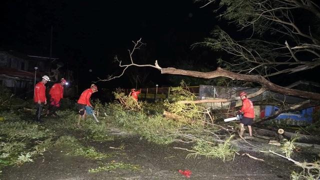 Bão lớn khiến nhiều khu vực bị mất điện và thông tin liên lạc bị ngắt quãng. Việc tiếp cận với các khu vực, nơi có khoảng 5 triệu người bị ảnh hưởng do bão, gặp nhiều khó khăn khi giao thông không thuận lợi. (Ảnh: Reuters)