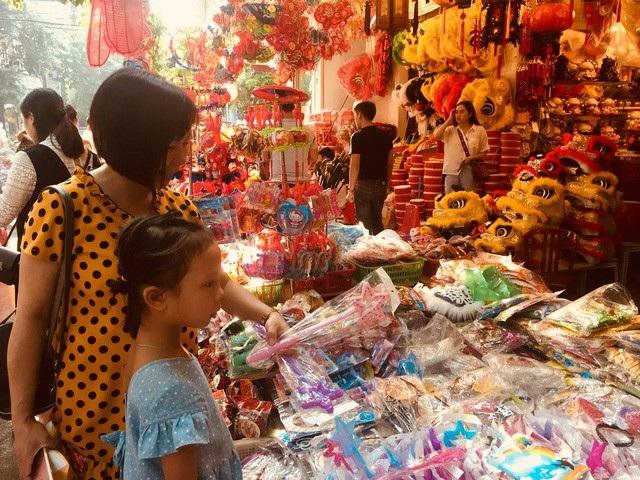 Các chuyên gia khuyến cáo, bố mẹ nên hạn chế mua những loại đồ chơi nhiều màu và nhiều mùi cho trẻ. Ảnh: TL