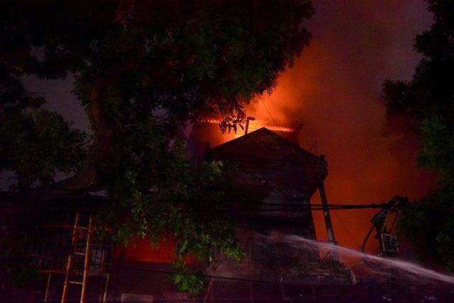 Cháy hàng loạt ngôi nhà gần Bệnh viện Nhi Hà Nội - 7