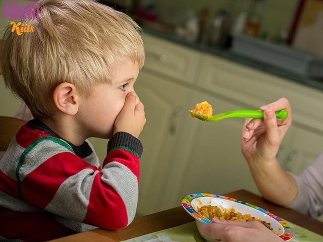 Ép trẻ ăn sẽ khiến trẻ không hứng thú với bữa ăn, sợ ăn