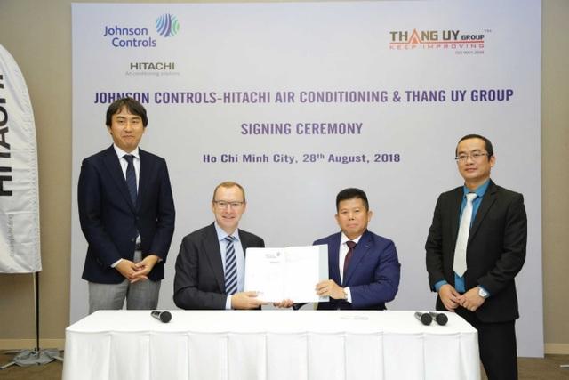 Mr. Franz Cerwinka CEOJohnson Controls - Hitachi Air Conditioning và ông Nguyễn Quang Hiển Tổng giám đốc Hitachi Air Conditioning Việt Nam