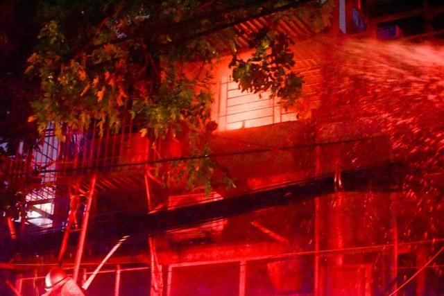 Cháy hàng loạt ngôi nhà gần Bệnh viện Nhi Hà Nội - 19