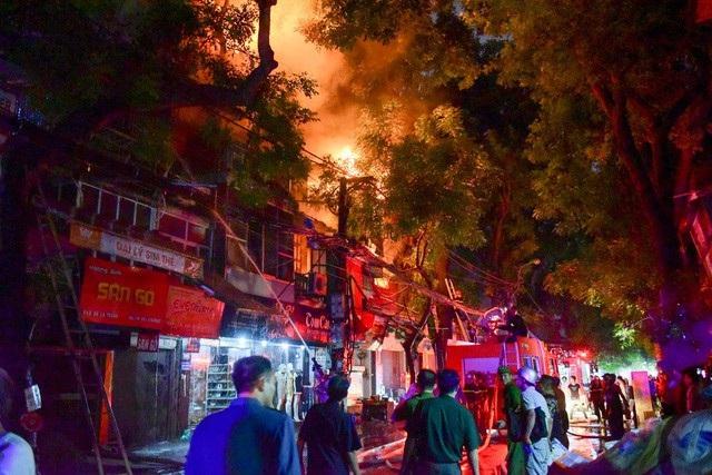 Cháy hàng loạt ngôi nhà gần Bệnh viện Nhi Hà Nội - 20
