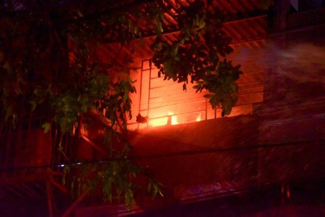 Cháy hàng loạt ngôi nhà gần Bệnh viện Nhi Hà Nội - 21