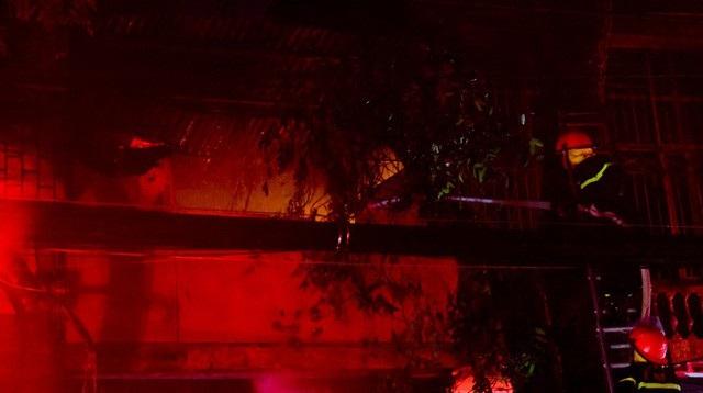 Cháy hàng loạt ngôi nhà gần Bệnh viện Nhi Hà Nội - 23
