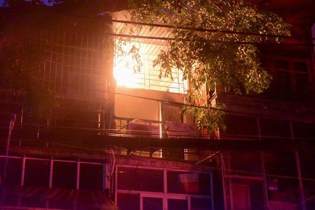 Cháy hàng loạt ngôi nhà gần Bệnh viện Nhi Hà Nội - 9