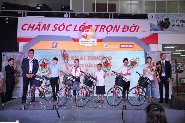 Các em học sinh tỉnh Hải Dương đón nhận những món quà ý nghĩa ngay trong chương trình