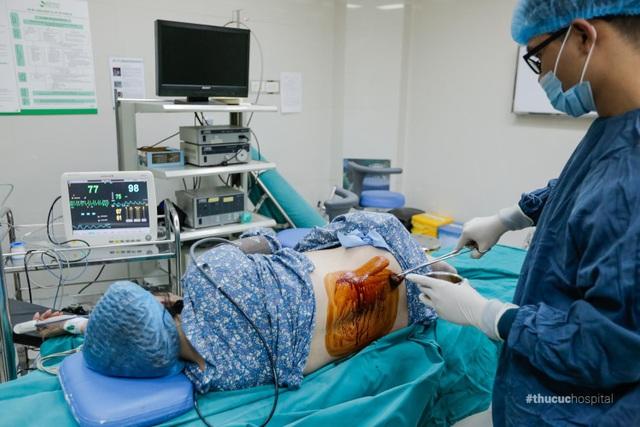 Khi xuống phòng mổ thì bước đầu tiên chị Dương được gắn các dụng cụ kiểm tra chỉ số sức khỏe và gây tê tủy sống - đây là phương pháp phổ biến được sử dụng trong sinh mổ, đòi hỏi kỹ thuật khéo léo và chuyên môn cao của bác sĩ