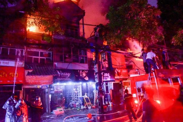 Cháy hàng loạt ngôi nhà gần Bệnh viện Nhi Hà Nội - 10