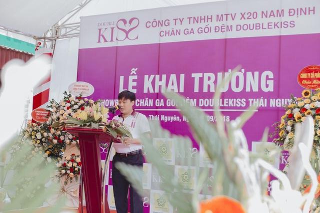 """Phát biểu tại buổi lễ, Phó tổng giám đốc Công ty Cổ Phần X20, Chủ tịch hội đồng thành viên Công ty TNHH MTV X20 Nam Định, ông Chu Văn Đệ cho biết: """"Với mục tiêu hướng tới việc chăm sóc góc nhỏ bình an của mỗi gia đình Việt được sử dụng sản phẩm chất lượng và an toàn thông qua sản phẩm chăn ga gối mang nhãn hiệu Double Kiss, slogan """"Để tình yêu còn mãi"""" như một sứ mệnh để giúp gìn giữ tình yêu thương cho mọi khách hàng. Hơn một năm triển khai và đưa ra thị trường, sản phẩm đã nhận được rất nhiều sự quan tâm và đánh giá tốt về chất lượng cũng như thiết kế. Double Kiss trở thành sản phẩm được tin tưởng và là sự lựa chọn hàng đầu của khách hàng."""""""