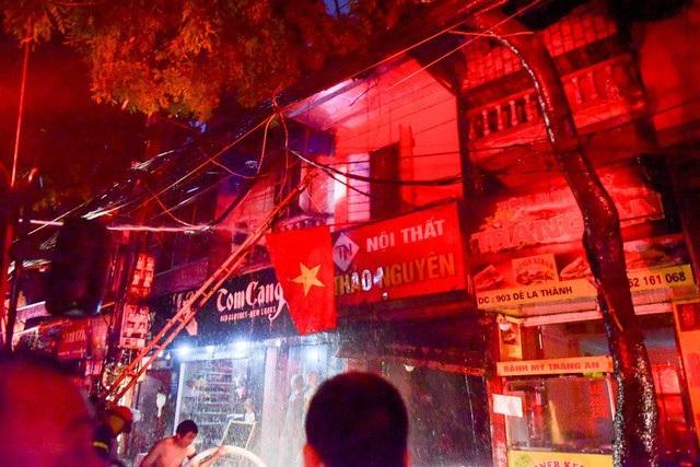 Cháy hàng loạt ngôi nhà gần Bệnh viện Nhi Hà Nội - 11