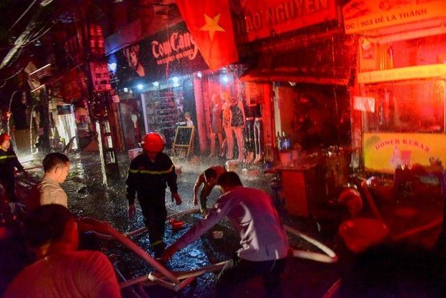 Cháy hàng loạt ngôi nhà gần Bệnh viện Nhi Hà Nội - 15