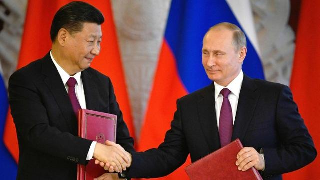 Tổng thống Putin và Chủ tịch Tập Cận Bình ký kết văn kiện trong cuộc gặp tại Moscow năm 2017 (Ảnh: AFP)