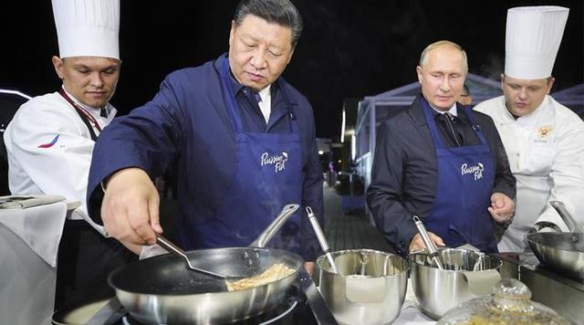 Ông Putin và ông Tập cùng nhau làm bánh tại Nga trong chuyến thăm của nhà lãnh đạo Trung Quốc tới Vladivostok (Ảnh: Reuters)