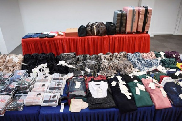 Số quần áo do các đối tượng người Việt Nam lấy trộm tại Singapore (Ảnh: ST)