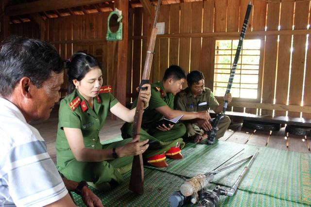 Tại huyện miền núi Sông Hinh, lực lượng công an đã vận động người dân giao nộp gần 500 khẩu súng tự chế